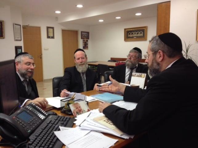 """הרבנים בפגישה עם הגר""""ד לאו - 14 ח""""כים בעד החוק נגד סרבני דין מאירופה"""