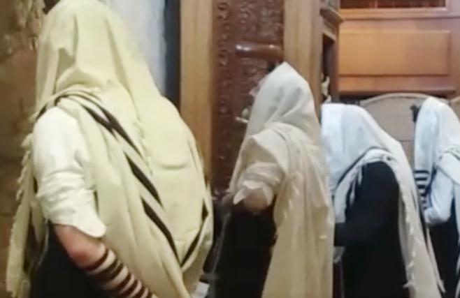 צפו: התפילה של דרעי במנהרות הכותל