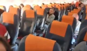 חוששים מבידוד? הנוסעים ירדו מהמטוס. צפו