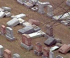 המצבות המנותצות - מוסלמים אוספים כסף לשיפוץ בית הקברות