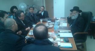 """הגר""""ר אלבז ונשיא האוניברסיטה הבינלאומית, הבוקר - תיעוד: קים ג'ו זאנג חוזר בתשובה?"""
