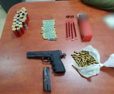 השוטרים מצאו האקדח בתיק של האישה