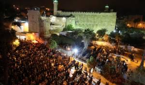 פלסטינים מתפללים ליד מערת המכפלה