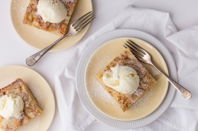 עוגת תפוחים מקמח מלא עם קרם יוגורט