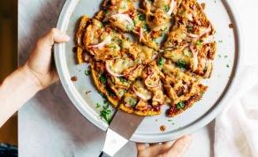 פיצה טעימה על בסיס בטטה. התוספות עליכם - צפו: פיצה פנטסטית שאתם יכולים להכין בלי בצק