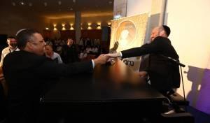 """יונתן רזאל כבש את הקהל עם """"שמחות קטנות"""""""