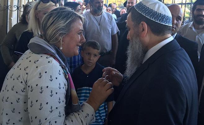 צפו: הרב ניר בן ארצי התפלל בקברי צדיקים
