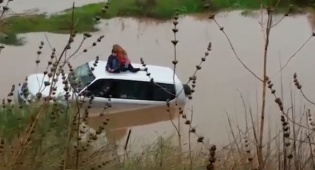 הילדים על הגג - סערה בעיצומה: סב ושני ילדים חולצו מרכב