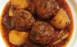תבשיל קציצות דגים ותפוחי אדמה ברוטב אדום עסיסי