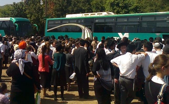 המונים ממתינים לאוטובוסים; בני-ברקים רבים כלל לא יגיעו לשם. אילוסטרציה