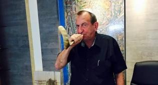ראש עיריית תל אביב מנסה את כוחו בתקיעת שופר