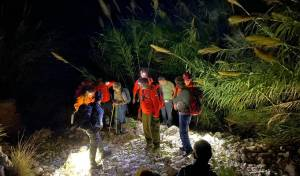 בוואדי:  מבוגרים נתקעו בחושך • צפו בחילוץ