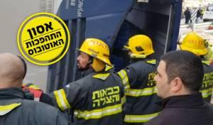 מאמצי חילוץ הלכודים מהאוטובוס שהתהפך • צפו