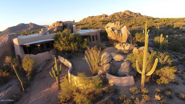בית אבן חצוב בסלע באמצע מדבר באריזונה. הייתם קונים?