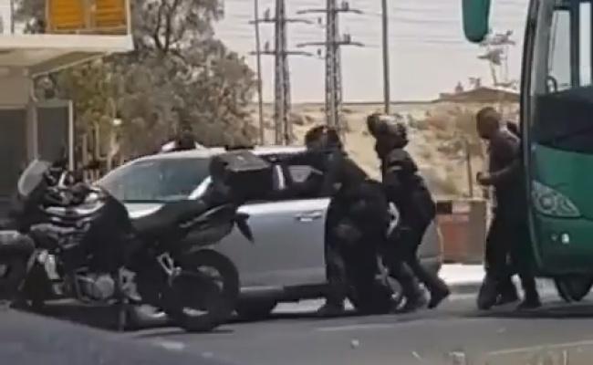 עבריין תנועה נמלט מהשוטרים שירו לעברו