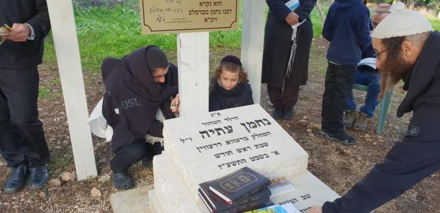 בני המשפחה עלו לקבר הילד שנרצח במגדל