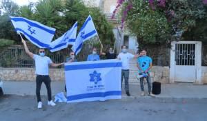 פעילי ימין פתחו במחאה מול הרב הרפורמי