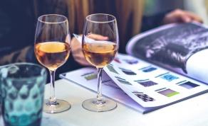 הוצאתם יותר ממה שתכננתם? תאשימו את הכוס - הידעתם? גודל הכוס עלול לגרום לכם להזמין עוד יין
