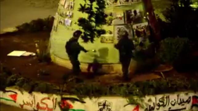 """חיילי מג""""ב מורידם את תמונות המחבלים מהעץ"""