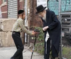 שנייה אחרי שנייה: ילד מרים את המקל לזקן