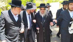 """הרב רוטנברג עם הרבי, משמאל הרה""""ח רבי אהרון קורניצר בעל מאפיית המצוות, היום"""