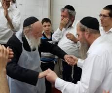 הרבנים אפו מצות ופצחו בריקוד של שמחה