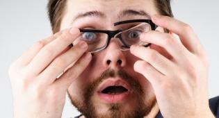 הסרת משקפיים. אילוסטרציה - הסוף למשקפיים ולעדשות המגע: בדיקת התאמה חינם