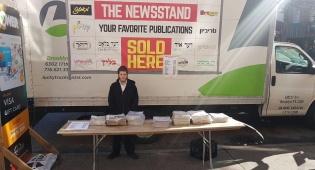 דון למכירת עיתונים בבורו פארק - בורו פארק: העיתונים נמכרים במשאיות