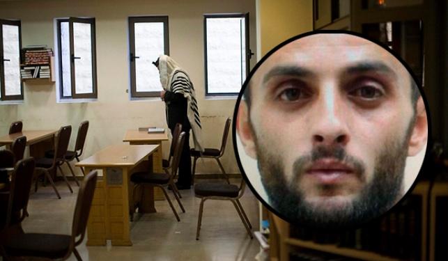 ראסן אבו ג'מאל לצד בית הכנסת בו בוצע הפיגוע