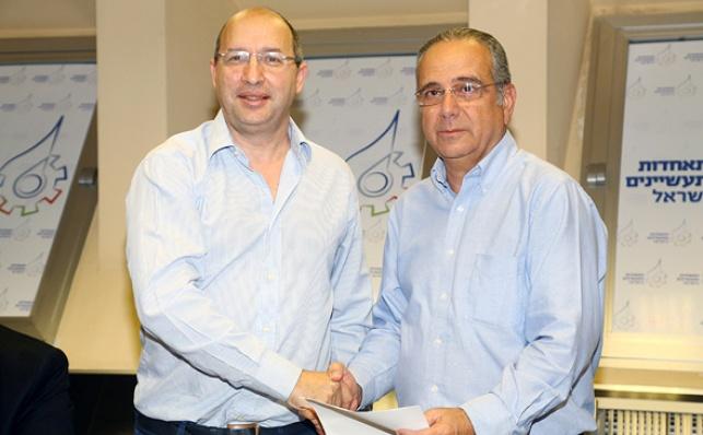 שרגא ברוש ואבי ניסנקורן חותמים על ההסכם