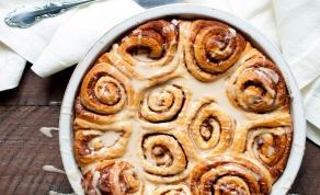 סינבון. מאפי שמרים וקינמון בזיגוג חלב מתוק - שמרים, קינמון וחורף: מאפה שושנים מתוקות