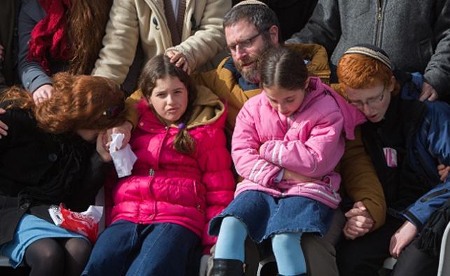 הבעל והילדים בהלוויה. משמאל: רננה