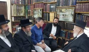 בכירי הנהלת לאומית בביקור אצל הרב שלום כהן.