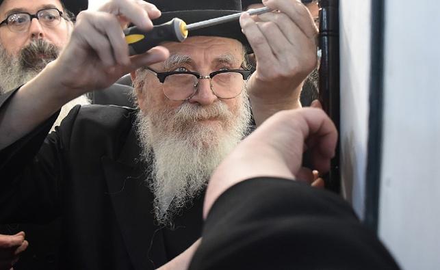 הרבי מסקווירא בקביעת מזוזה בישראל. ארכיון