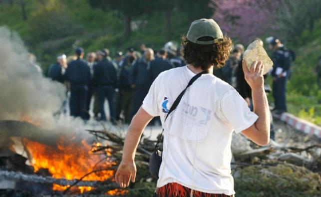 """""""מתוקי הגבעות"""": לא לומדים, אלימים וסוגדים לאדמה"""