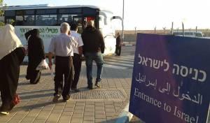 """פלסטינים נכנסים מעזה לישראל. ארכיון - שב""""כ מצמצם את אישורי הכניסה מעזה"""