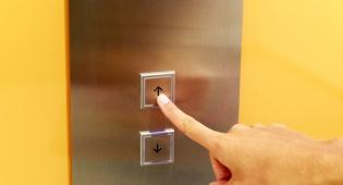 אילוסטרציה - תקיפה במסור בגלל 'ויכוח על לחצן במעלית'