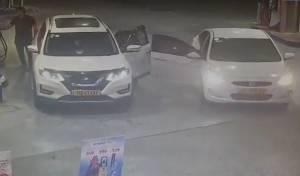 הנהג סיים לתדלק והרכב נגנב • צפו בתיעוד