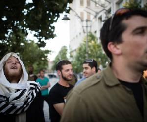 תשובה לאלימות: חרדים וחילונים צועדים בעד החיילים החרדים. צפו