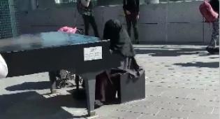 ויראלי: אישה מכת השאלים מנגנת בפסנתר
