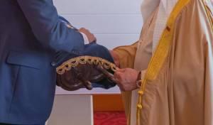 צפו: קושנר מעניק ספר תורה למלך בחריין