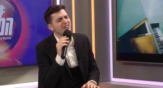 משה קליין מבצע לייב ב'המבקר': שיר פשוט