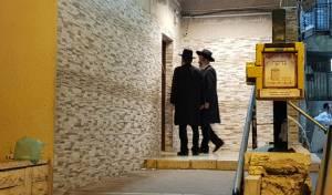 """גפני והרב רובינשטיין בבית האדמו""""ר מויז'ניץ"""