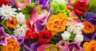 עצוב לראות סידור פרחים נובל - איך שומרים על זרי פרחים?