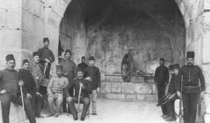 חיילים טורקים במנוחה בשער יפו בעיר העתיקה בירושלים