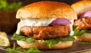 המבורגר סלמון פריך עם מטבל מיונז ופלפלים קלויים