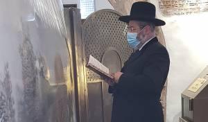 הרב הראשי הגאון רבי דוד לאו, בקבר רחל