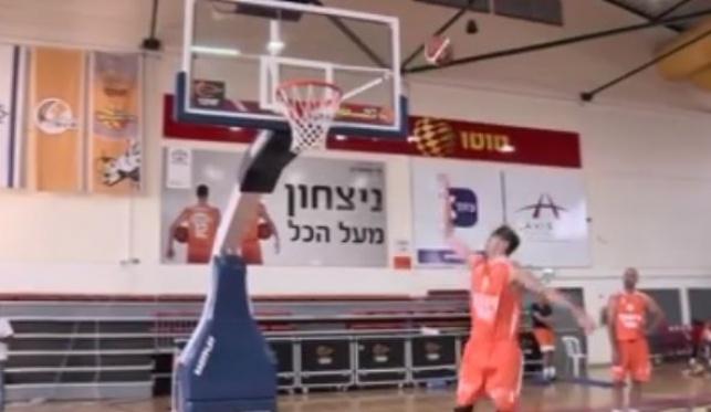 כך נראה משחק כדורסל 'בלי לראות'