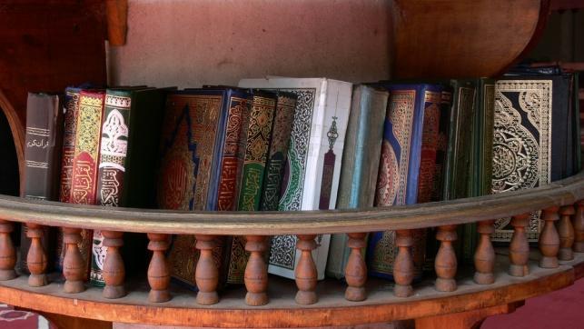 ספרי איסלאם בבית כנסת בקהיר