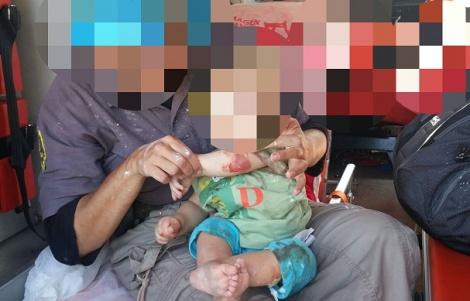 הפעוט הפצוע, בידי אמו בתוך האמבולנס - תינוק בן שנה נפצע מאבנים שיידו פלסטינים
